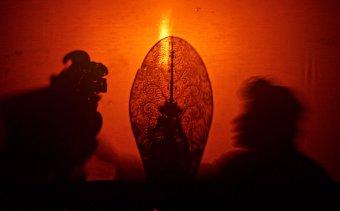 Indonézia135 Az árnyjáték egyik szereplője és narrátora