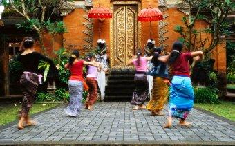 INDONEZIA A Puri Saren első udvarában
