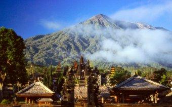 INDONEZIA Besaikh mögött emelkedik Bali legszentebb vulkánja, a Gunung Agung