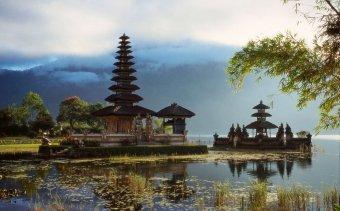 INDONEZIA A Bratan-tó_vízen úszó_kis temploma