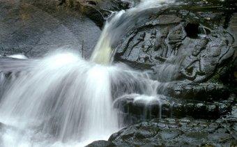 KAMBODZSA Kbal Spean reliefjei