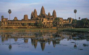 KAMBODZSA Angkor Wat egykor Visnu isten hatalmas szentélyeként hirdette a birodalom nagyságát