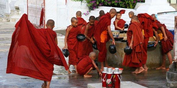 Angkor Tours Burma szerzetesek